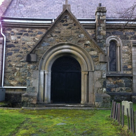 porth-eglwys-llan-1