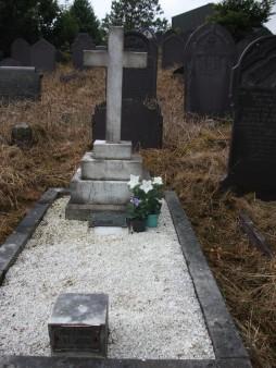 3) Bedd Edwyn Roberts ym mynwent Eglwys St Anns