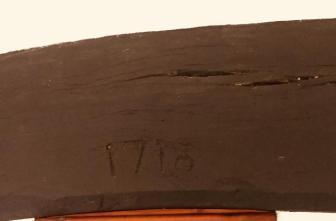 Dyddiad 1718 wedi ei dorri i bren y pentan yn un o ystafelloedd ffermdy Tan-y-bwlch