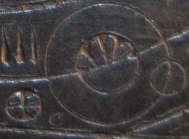 Y Ddaear a'r Lloer. Mae arwydd sêr ddewiniol y blaned ar y chwith. (Panel 1)